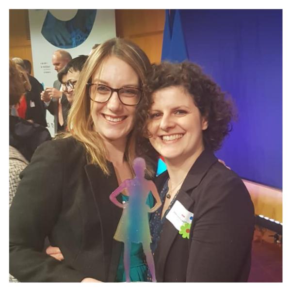 sarah et stéphanie remportent un trophee à femme en entreprise adaptée
